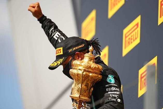 Hamilton reproduziu o gesto do punho cerrado na cerimônia do pódio