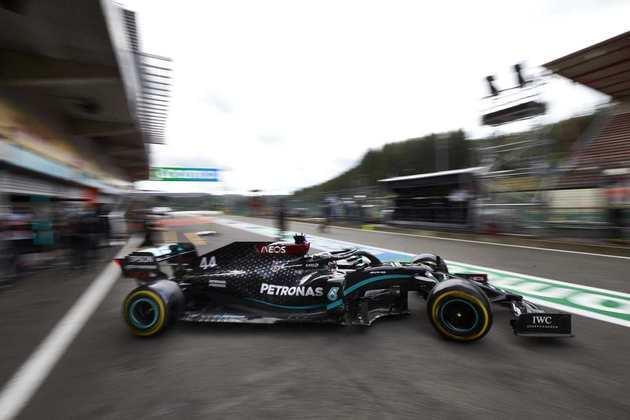 Hamilton sai dos boxes durante os treinos livres para o GP da Bélgica