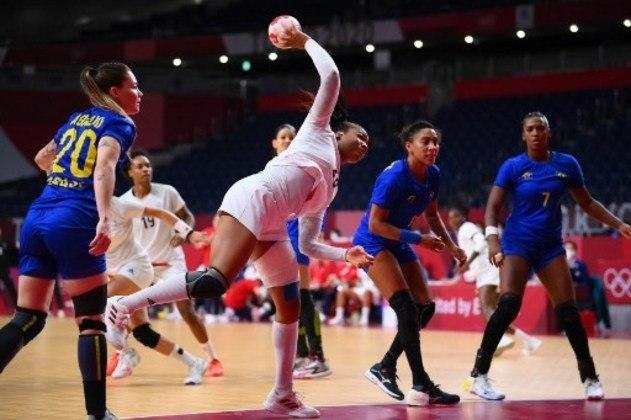 HANDEBOL FEMININO - A seleção brasileira feminina de handebol entrou em quadra nesta segunda-feira precisando no mínimo do empate para avançar às quartas de final. No entanto, a equipe de Jorge Dueñas não fez grande partida, tanto no ataque, quanto na defesa e foi derrotada pela França por 29 a 22. Com o tropeço, a equipe foi eliminada dos Jogos Olímpicos de Tóquio