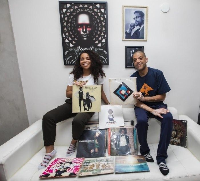 """Hanifah e KL Jay posam com os """"tesouros"""" musicais da família"""