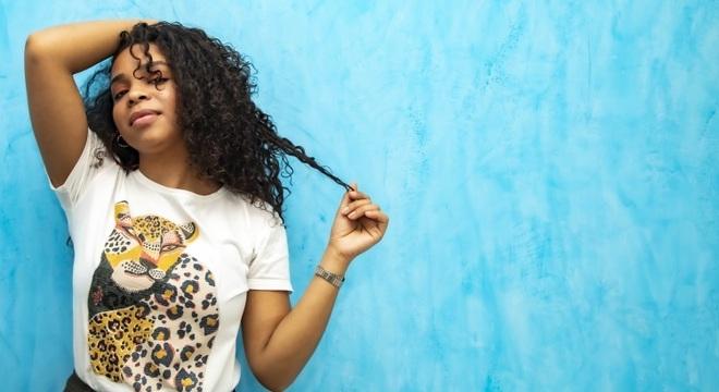 Cantora Hanifah mostra talento no primeiro dico solo, Emunah