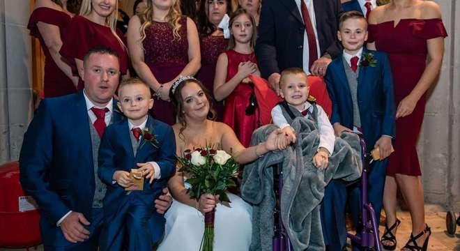 Na foto, a noiva Hannah Colishaw aparece de mãos dadas com o filho Ethan