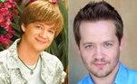 Irmão de Miley na série, o atrapalhado personagem Jackson foi vivido por Jason Earles. Ele também seguiu a carreira de ator e participou de séries comoMood Swings, Hotel Du Loone e Os Guerreiros Wasabi