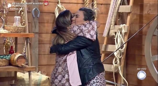 Hari e Thayse se abraçaram após o resultado da votação