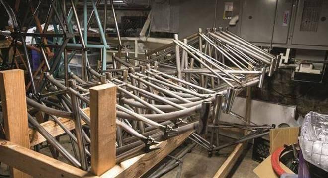 A Heritage tinha componentes de quadro formados com tubos de aço cromolítico premium e construiu um gabarito para montar as peças do quadro para soldagem