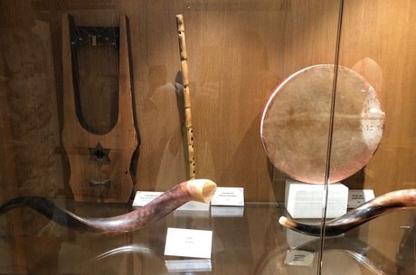 Harpa (esquerda) é exposta em museu