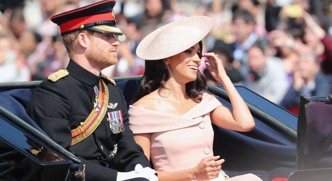 Harry e Meghan voltaram da lua de mel e participaram da marcha militar em homenagem à rainha