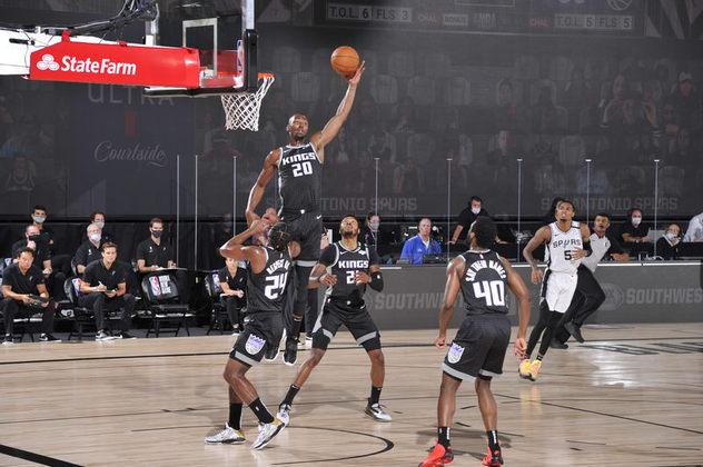 Harry Giles (Sacramento Kings) foi a única boa notícia para a equipe californiana no domingo. O pivô anotou 23 pontos e pegou oito rebotes. O Kings não demonstrou esforço defensivo em momento algum na partida e está cada vez mais longe de brigar por uma vaga aos playoffs