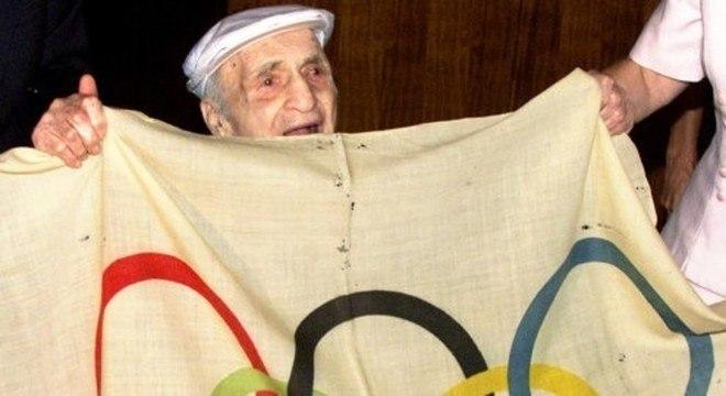 Harry Prieste, em 1997, com a bandeira que havia furtado em 1920