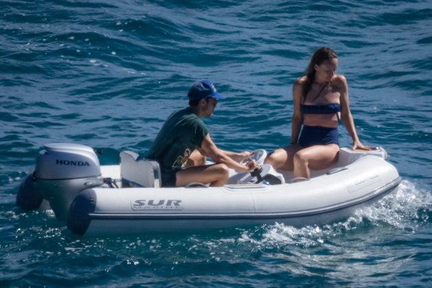 Os artistas também deram uma volta em uma embarcação menor, dirigida por Harry