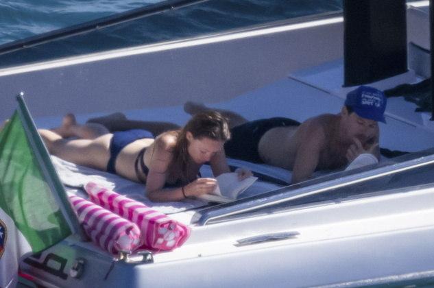 Em um momento relaxante, Harry e Olivia tiraram um tempo do passeio para ler