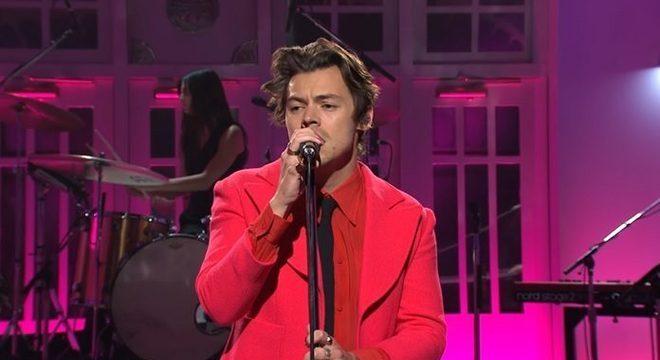"""Harry Styles lança a deliciosa """"Watermelon Sugar"""" e se apresenta no SNL"""