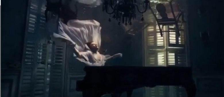 Harry Styles toca piano que vaza água em clipe da música 'Falling'
