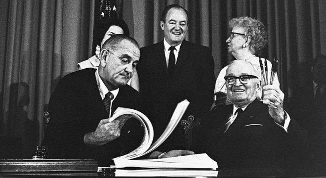 Truman, certo, teria que esperar até 1965 para ver pelo menos parte de seu sonho se tornar realidade, quando o presidente Lyndon Johnson assinou o projeto de lei do Medicare, protegendo os idosos