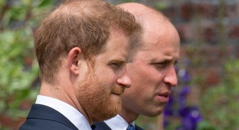 O príncipe Harry e o príncipe William durante cerimônia de inauguração nesta quinta-feira (1º)