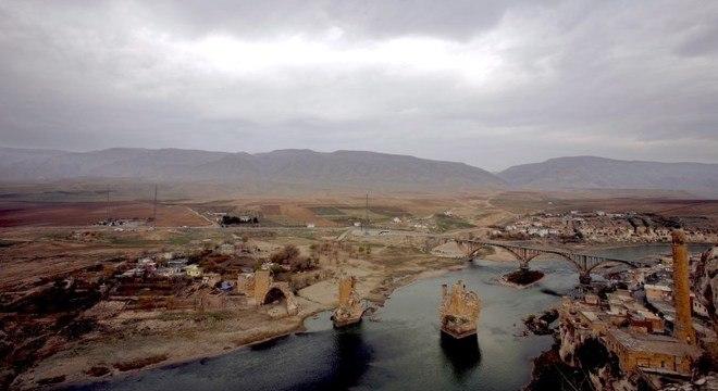 Hasankeyf ainda tem os vestígios de uma ponte construída no século 12