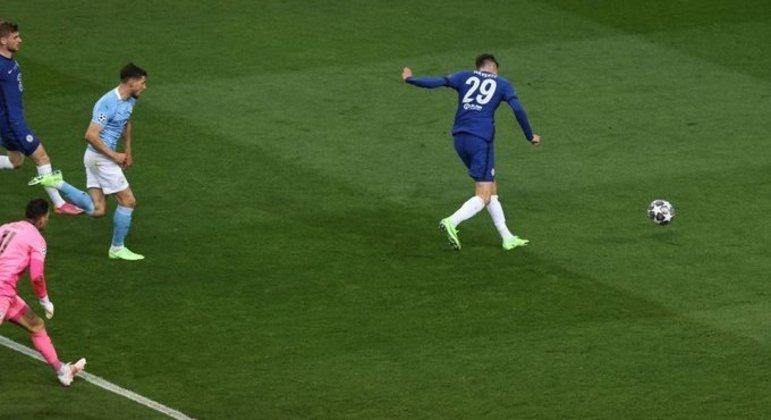 O momento do gol de Havertz, livre, diante da meta escancarada