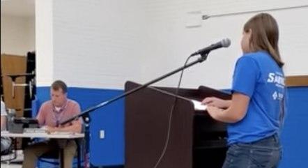 A aluna Hayey Yasgar procurou o conselho escolar para falar que se sentiu desconfortável quando seu professor pediu para que ela não contasse aos pais sobre a pesquisa