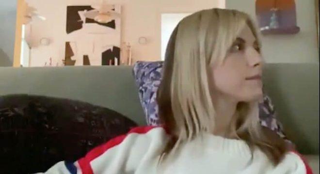 """Hayley Williams canta e toca violão para """"acalmar a mente""""; veja vídeo"""
