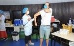 Heitor Martinez, de 52 anos, recebeu a primeira dose da vacina contra a covid-19, no dia 14 de junho, naGávea, no Rio de Janeiro.Em abril, o ator ficou 13 dias internado por conta de complicações provocadas pela doença