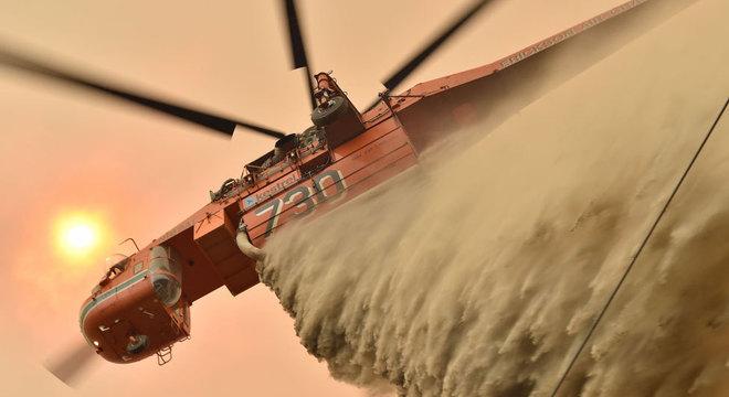 Milhares de bombeiros e militares estão tentando combater as chamas, mas o primeiro-ministro tem sido duramente criticado por ter demorado a agir