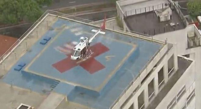 Em meio ao caos da chuva em SP, helicóptero da PM resgata mãe e filha