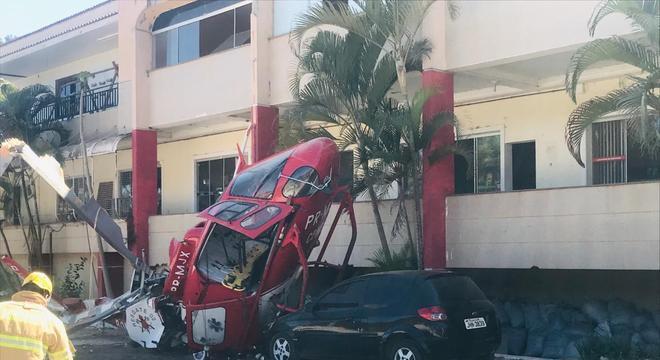 Helicóptero caiu ao lado de um carro estacionado