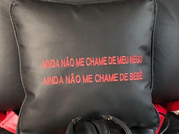 Outro detalhe curioso: Gusttavo Lima pediu que bordassem em uma almofada o trecho de sua música Apelido CarinhosoVeja também:Gusttavo Lima 'rouba' plantação de milho: 'Quem for dono, me perdoa'