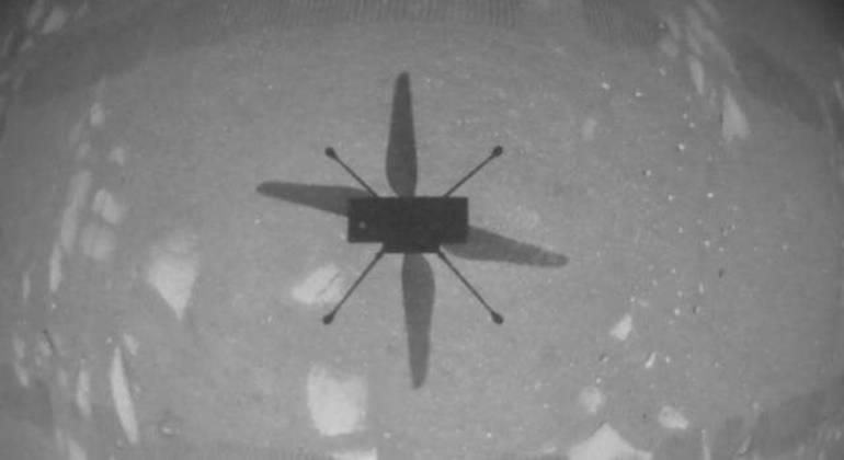 Sombra do helicóptero Ingenuity em solo marciano após o primeiro voo