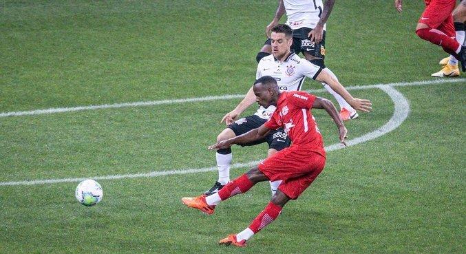 Helinho chutou de fora da área e abriu placar para Bragantino antes dos 2 minutos