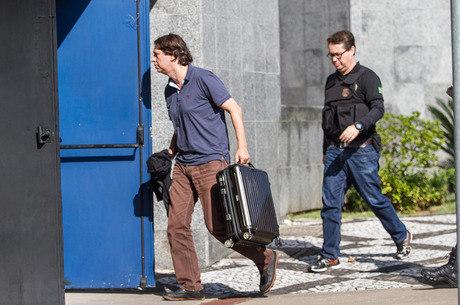 Santos Jr. se apresenta para prisão na sede da PF em SP