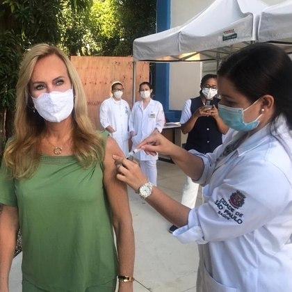 Helô Pinheiro, de 75 anos, mãe da apresentadora Ticiane Pinheiro, daRecord TV, foi vacinada contra acovid-19no dia 15 de março. A ex-modelo celebrou o instante da imunização compartilhando uma foto: