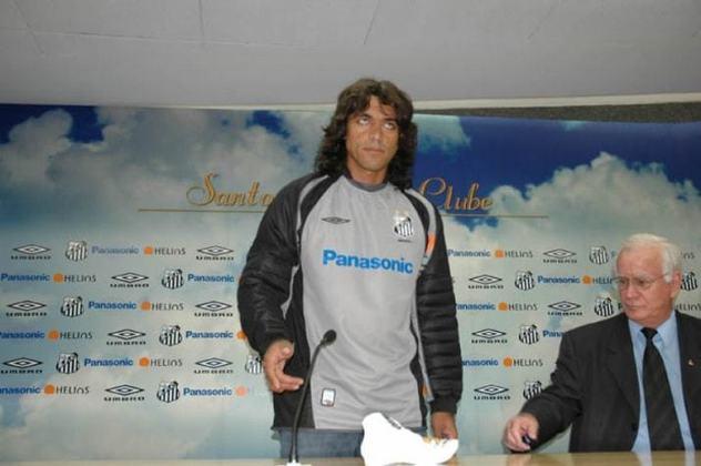 Henao - Henao - Em 2004, o goleiro colombiano Henao foi o carrasco da eliminação santista na Libertadores, fechando o gol do Once Caldas (COL), que sagrou-se campeão daquela competição. No ano seguinte, foi contratado pelo Peixe, fez apenas 11 jogos, não repetiu as boas atuações e retornou para a Colômbia, para atuar o Millonários, menos de um ano depois.