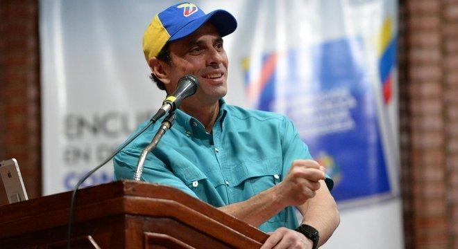 Após aparente hesitação inicial, Henrique Capriles declarou 'apoio inequívoco' a Guaidó
