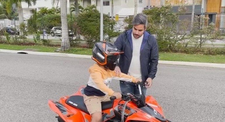Simone Mendes dá quadriciclo de R$ 18 mil de presente ao filho