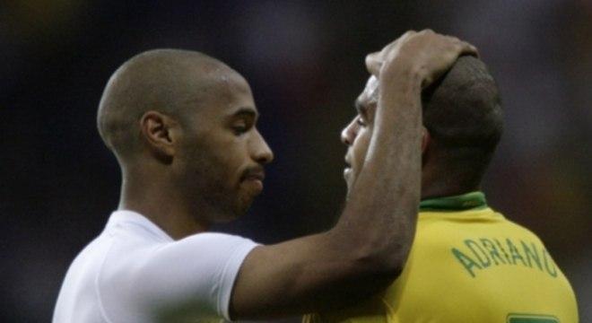 Henry consola Adriano após a França eliminar o Brasil