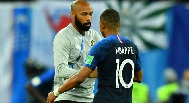 Thierry Henry cumprimenta Mbappe após semifinal em que a França eliminou a Bélgica
