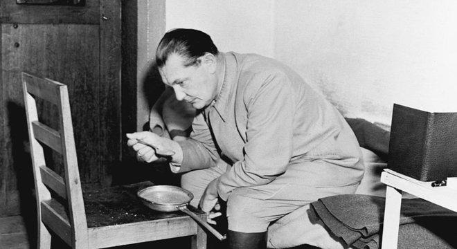 Dimsdale descreve Hermann Göring como 'um homem corrupto com gosto pelo luxo e pelo roubo'