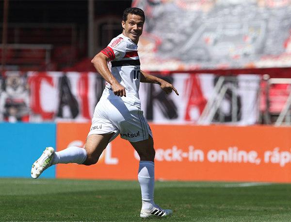 Hernanes comemora a falha inaceitável de Cássio. Cobrou falta 'em cima' do goleiro