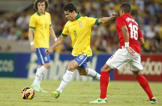 Com seu chute calibrado com ambas as pernas, Hernanes, também do São Paulo, é mais um medalhão para nossa seleção nostálgica. O craque é um dos únicos atletas na história a fazer dois gols de falta, um com a perna esquerda e outro com a direita, na mesma partida