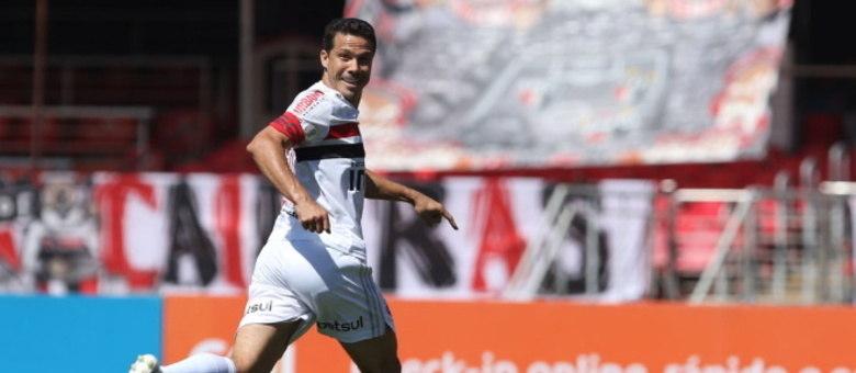 Hernanes foi responsável por um dos gols na vitória de 2 a 1 do São Paulo