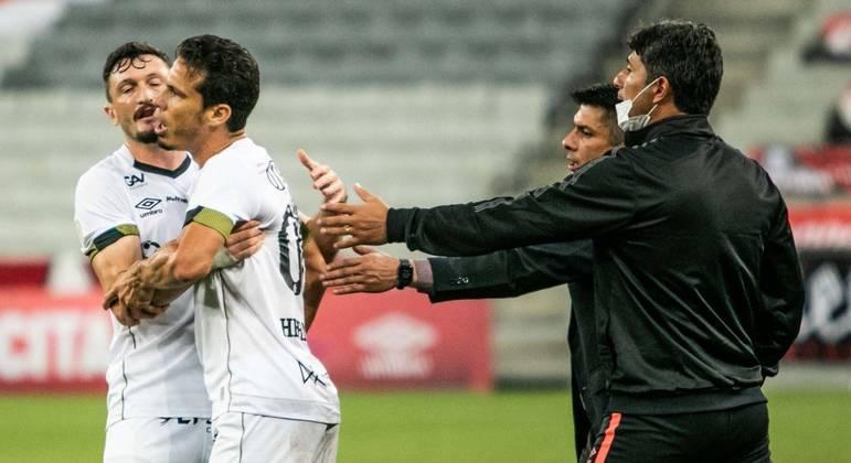 Hernanes recebeu o segundo amarelo no empate com o Athletico após reclamar da arbitragem