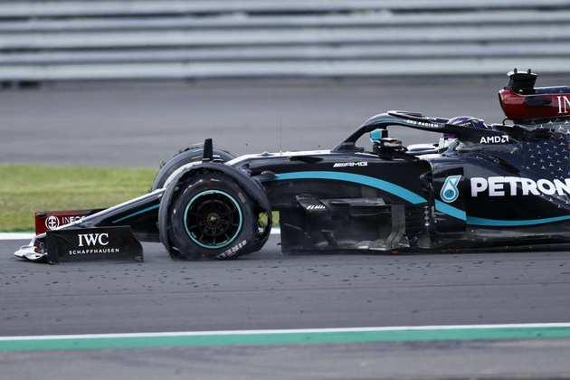 Hexacampeão perdeu 30 segundos de vantagem com o pneu furado