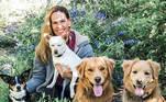 Hilary Swank não tem um, não dois, não três, mas quatro cães chamados Lucky, Karoo, Rumi e Kai, todos vistos acima. Swank tem seu próprio abrigo de animais e a atriz afirma que já resgatou e encontrou lares para milhares de cães