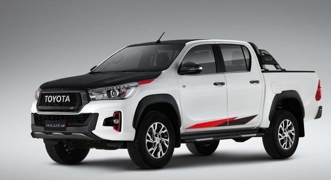 """A dianteira traz o símbolo """"GR"""" adicionado à grade com o emblema """"Toyota"""""""