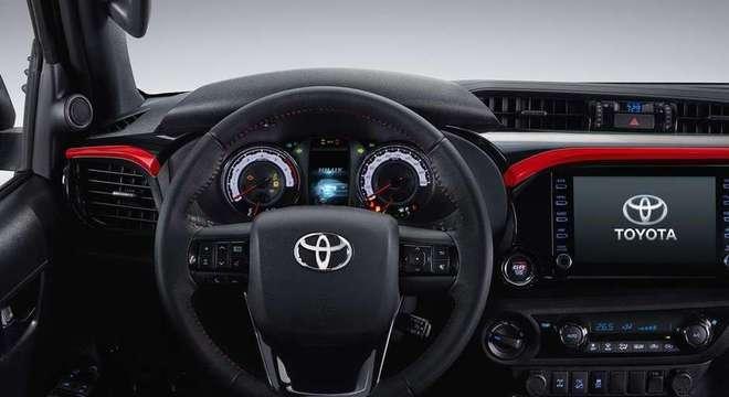 O design interno da nova Hilux GR-S combina a esportividade com o conforto característico do utilitário.