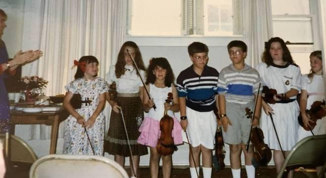 Hindman Quando criança, Hindman (terceira a partir da esq.) sonhava em se tornar uma violinista