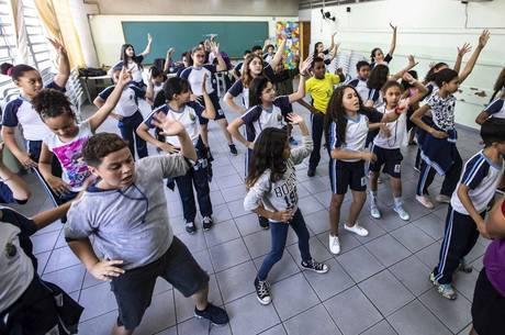 Alunos aprendem ritmo e dança
