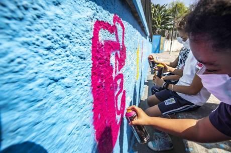 Grafite deu cor ao muro cinza da escola