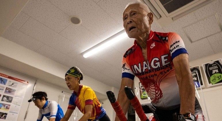 O triatleta Hiromu Inada começou no esporte aos 60 anos
